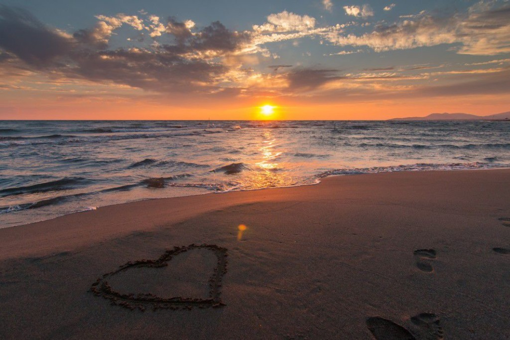 negative-space-love-heart-beach-sunset-ocean-pixabay-thumb-1